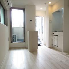 内装 床・建具ともに白で仕上げた明るい室内