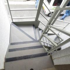 共用階段 ノンスキッドというすべり止めを張っています。