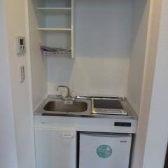 ミニキッチン 部屋が狭いため冷蔵庫を組み込み型にしました。