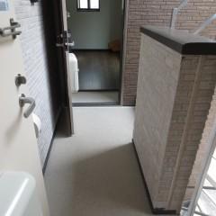 共用部廊下 床はノンスキッドというすべり止めを施工します。