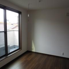 室内 床・建具ともダーク系の色を使用しました。