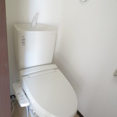 トイレ。ウォシュレットは追加工事にて設置しています。