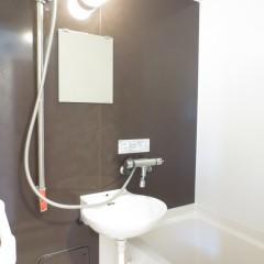 浴室2点ユニット。追加工事でサーモスタットと高級感のあるシャワーヘッドに変更しています。