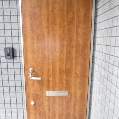 玄関ドア。今回は木目のドアを使用しています。
