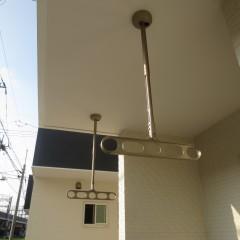 1階物干し 1階ベランダは手すりがブロック施工の為天井つりさげタイプの物を使用