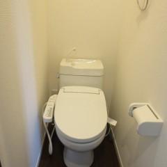 トイレ 温水洗浄便座を追加しています。(別途工事費用がかかります。)