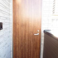 玄関扉 ハンドダウンチェリー(木目)を使用しています。