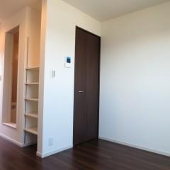 室内2 床・建具はダーク色を使用しています。