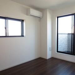 室内1 床・建具はダーク色を使用しています。