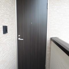玄関扉 標準で木目調の扉が選べます。