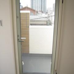 ガラス:複層ガラスです。結露防止や遮音性があります。