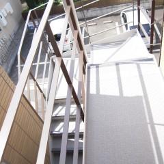 階段:廊下部分には防湿シートを使用し滑りにくくしてあります。