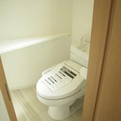 トイレ:タオルリング標準です。ウォシュレットタイプにグレードアップしております。