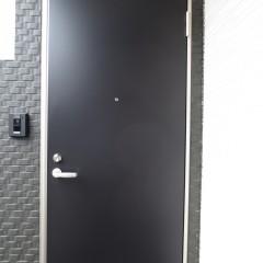 玄関扉 外壁に合わせてネイビー色を使用しています。