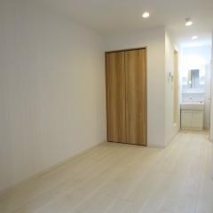 室内 床はホワイト建具はナチュラル色を使用しています。