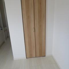 クローゼット扉 木目のきれいな建具を使用しています。
