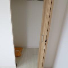 クローゼット内部 枕棚とつりさげパイプが標準で施工されます。