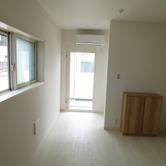 室内2 床はホワイトで建具はナチュラル色を使用しています。