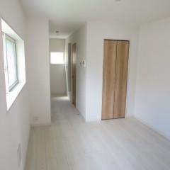 室内1 床はホワイトで建具はナチュラル色を使用しています。