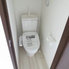 トイレ 温水便座洗浄機を追加しています。(別途工事代金が発生します。)