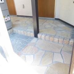 玄関周りタイル貼り (別途工事代金が発生します。)