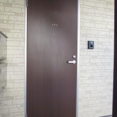 玄関ドア 木目調の物が標準で採用されています。