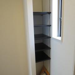 玄関収納 可動式の棚となっています。